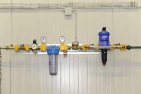 Wasserhauptversorgung mit Wirkstoffdosierer