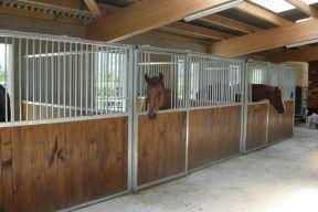 Pferdeboxen mit imprägniertem Spezialholz
